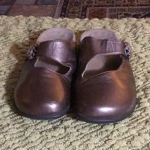 Vionic leather clogs, 9.5 M.